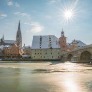Regensburg im Winter mit Promenade und Dom und Steinerne Brücke, Deutschland